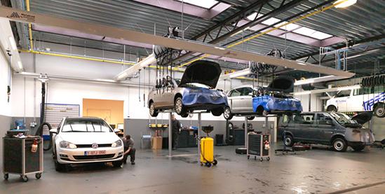 <p>In de werkplaats worden 2 modellen AUTOP tweelinghefbruggen gebruikt. <br />Friesconstructies met LED verlichting per zone in- en uitschakelbaar. <br />Ingebouwde oprollers voor product- en energieverdeling. <br />Uitlaatgasafzuiging S-tec met verschuifbare aftakpunten.</p>