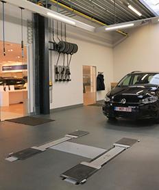 <p>Direct Receptie/afleveringszone: in de vloer verzonken AUTOP tweelinghefbrug uitgerust met een automatische volgvloer. Inclusief oprollerbatterij voor productverdeling.</p>