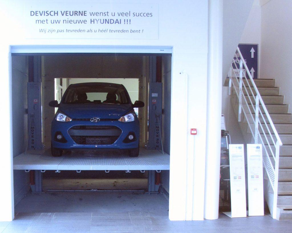 <p>Omer hydraulische autolift voor het verplaatsen van voertuigen naar de boventoonzaal.</p>