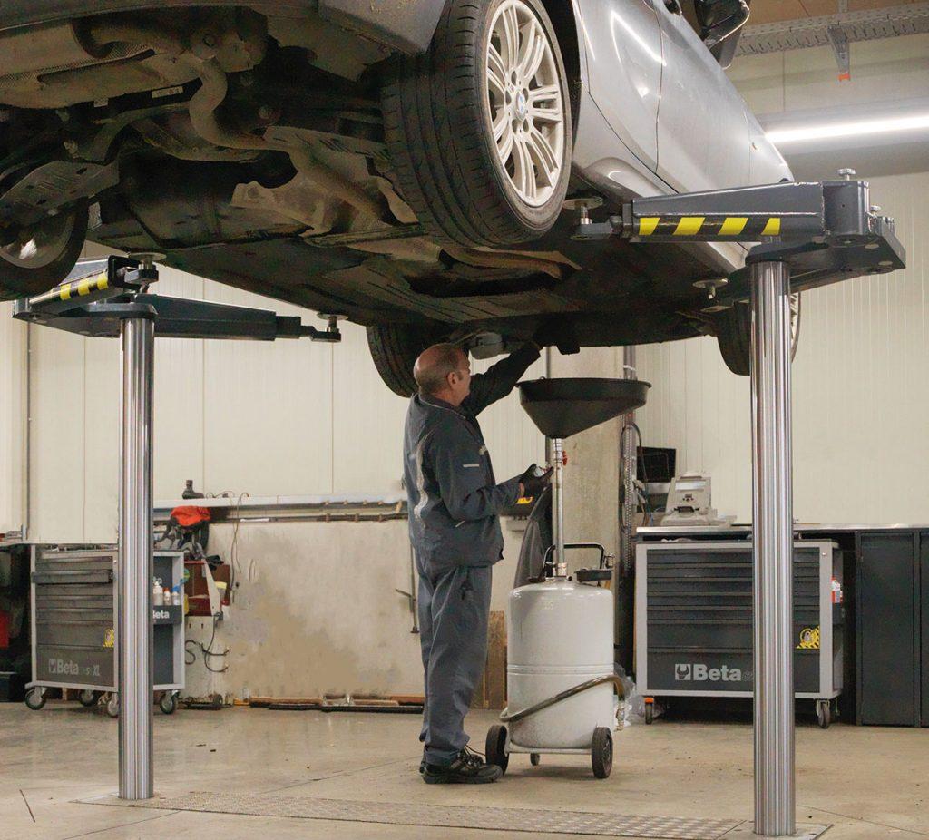 <p>Autop tweelinghefbrug met zwenkarmen gepositioneerd buiten het voertuig. <br />Deze opnamewijze is o.m. ideaal bij laaggebouwde sportieve voertuigtypes en wordt in carrosseriebedrijven veelvuldig toegepast. Eveneens toepasbaar bij elektrische voertuigen (bv wisselen van batterijen).</p>