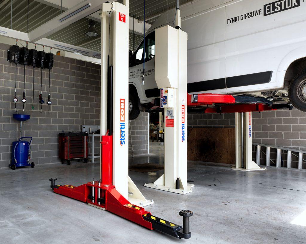 <p>Aparte atelierzones voor zware, grote voertuigen. <br />Stertil Koni 2-palenhefbruggen van 5,5 en 7 T.</p>