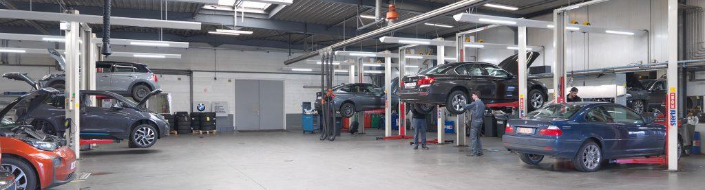 <p>Algemeen zicht op de gecombineerde BMW - MINI werkplaats. De 2 uiterst linkse zones met hefbruggen zijn bestemd voor elektrische voertuigen.</p>