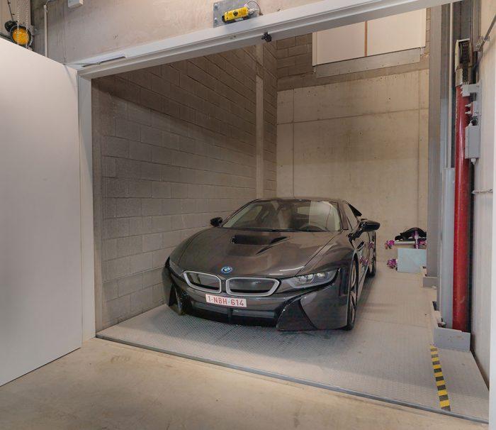 <p>Autolift Omer. <br />Vertrekt in de kelderverdieping, heeft een stop op het gelijkvloers en in de toonzaal op verdiep.</p>