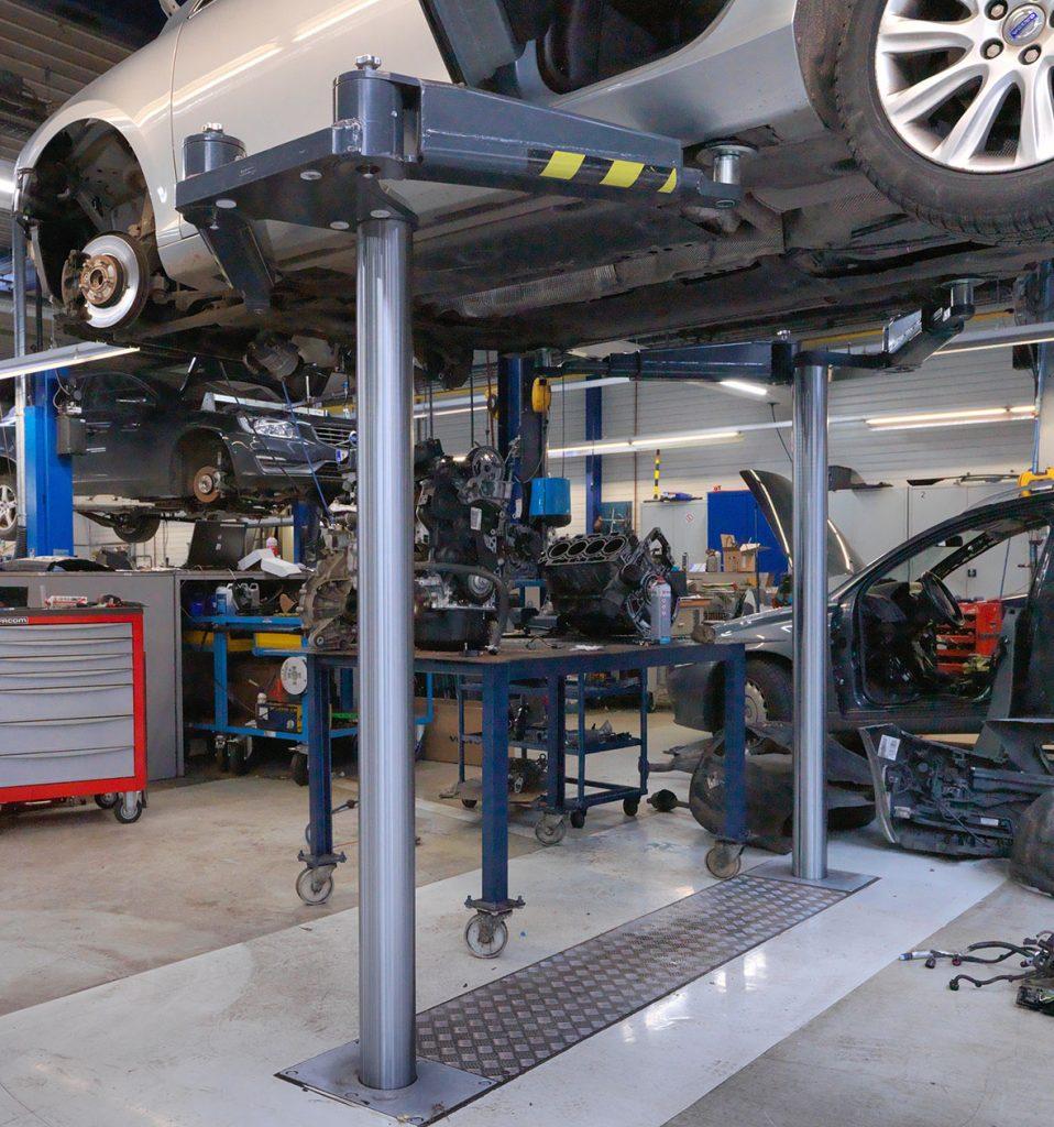 <p>Autop met zwenkarmen. Met opname via de buitenzijde van het voertuig bekomt men een quasi vrije onderkant (vooral geschikt voor ingrijpende herstellingen en carrosserietoepassingen).</p>