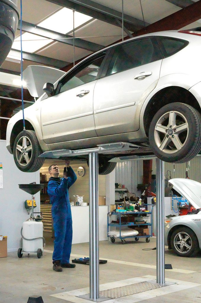 <p>Tweelinghefbruggen voor onderhoud en herstellingen, met veel vrije ruimte onderaan het voertuig, ook voor de groten onder ons.</p>