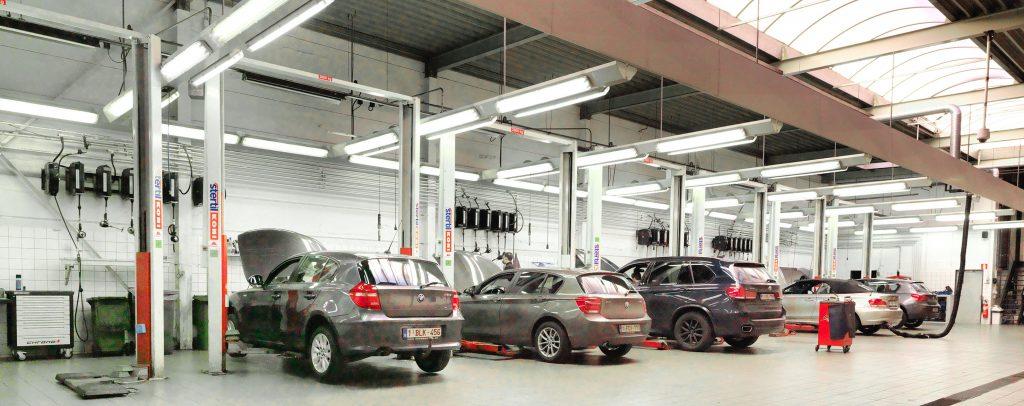 <p>Bestaande BMW werkplaats met verlichtingsfriezen, uitlaatgasafzuiging en muurbatterijen van product- en energieoprollers.</p>