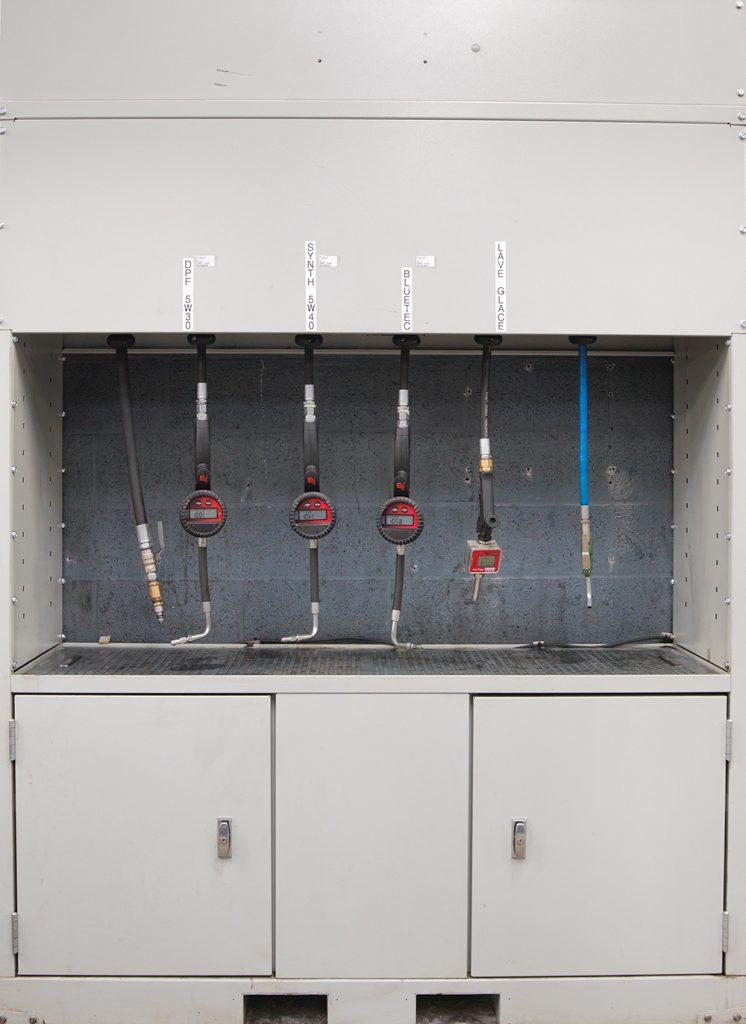 <p>Gartec - wandkast met productoprollers - lekrooster - opbergvakken met deur - ...</p>