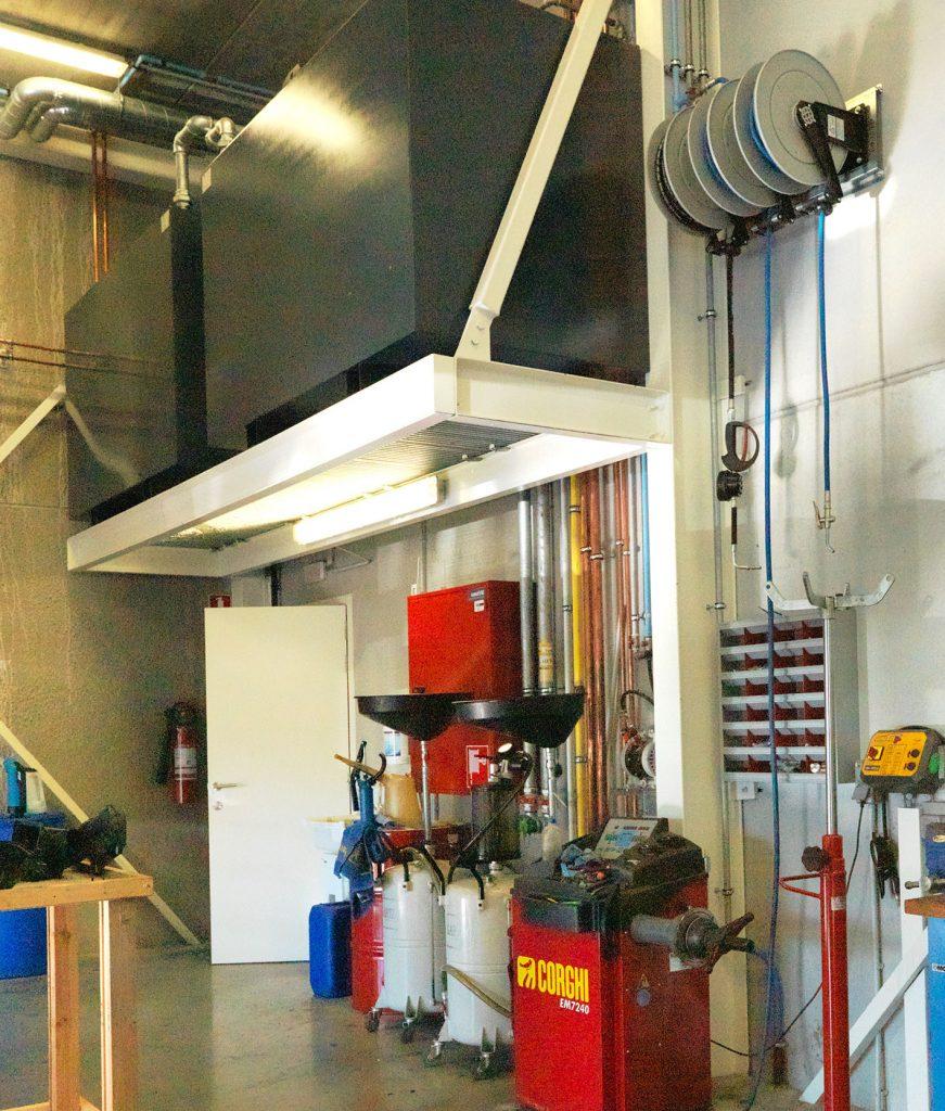 <p>Efficiënt omgaan met plaats ! <br />In een hoek van de werkplaats werd een draagplatform geconstrueerd voor de opslag van olieproducten.</p>