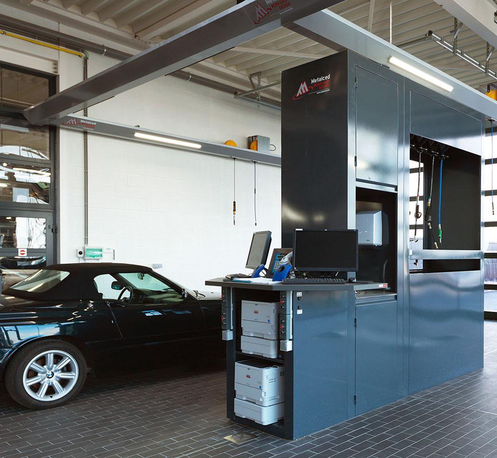 """<p>Het """"Workshop Design"""" meubel omvat de bediening van de hefbrug, energie- en productoprollers, opbergkasten, wasbak en een computertafel.</p>"""