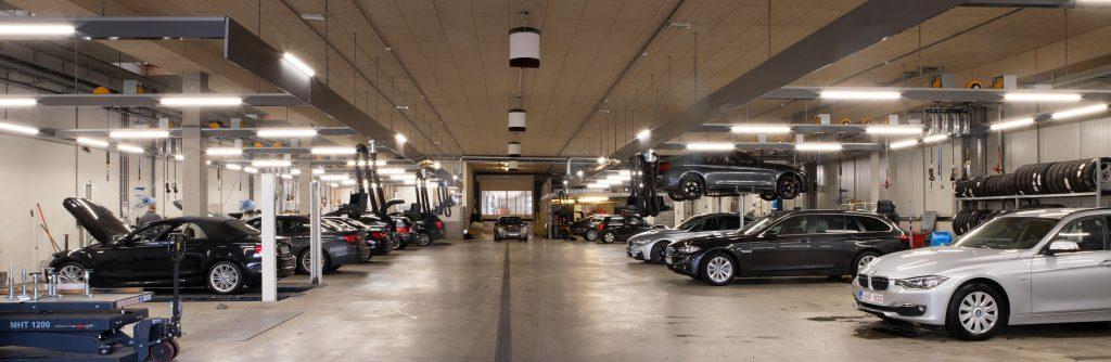 <p>Dubbelzijdige werkplaats met Autop tweelnghefbruggen. <br />De lichtfriezen zijn in BMW kleuren gelakt; de verlichting is van LED type. <br />De Beissbarth 4-palenhefbrug werd in de vloer verzonken waardoor op- en afrijden op vloerniveau gebeurt.</p>