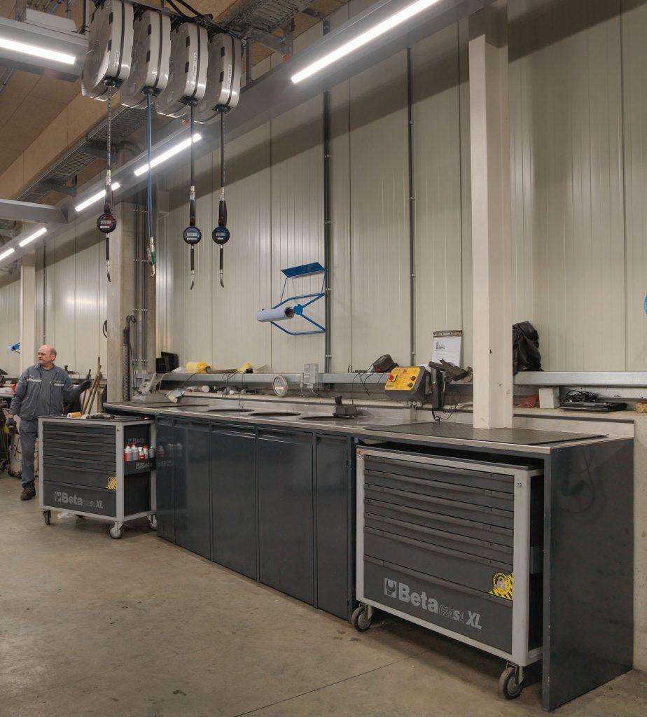 <p>Workshop Design wandmeubels op maat en in BMW kleuren. <br />Met o.m. 3 vuilcontainers achter deuren, opbergvakken voor gereedschappenwagens, werkblad, ...</p>
