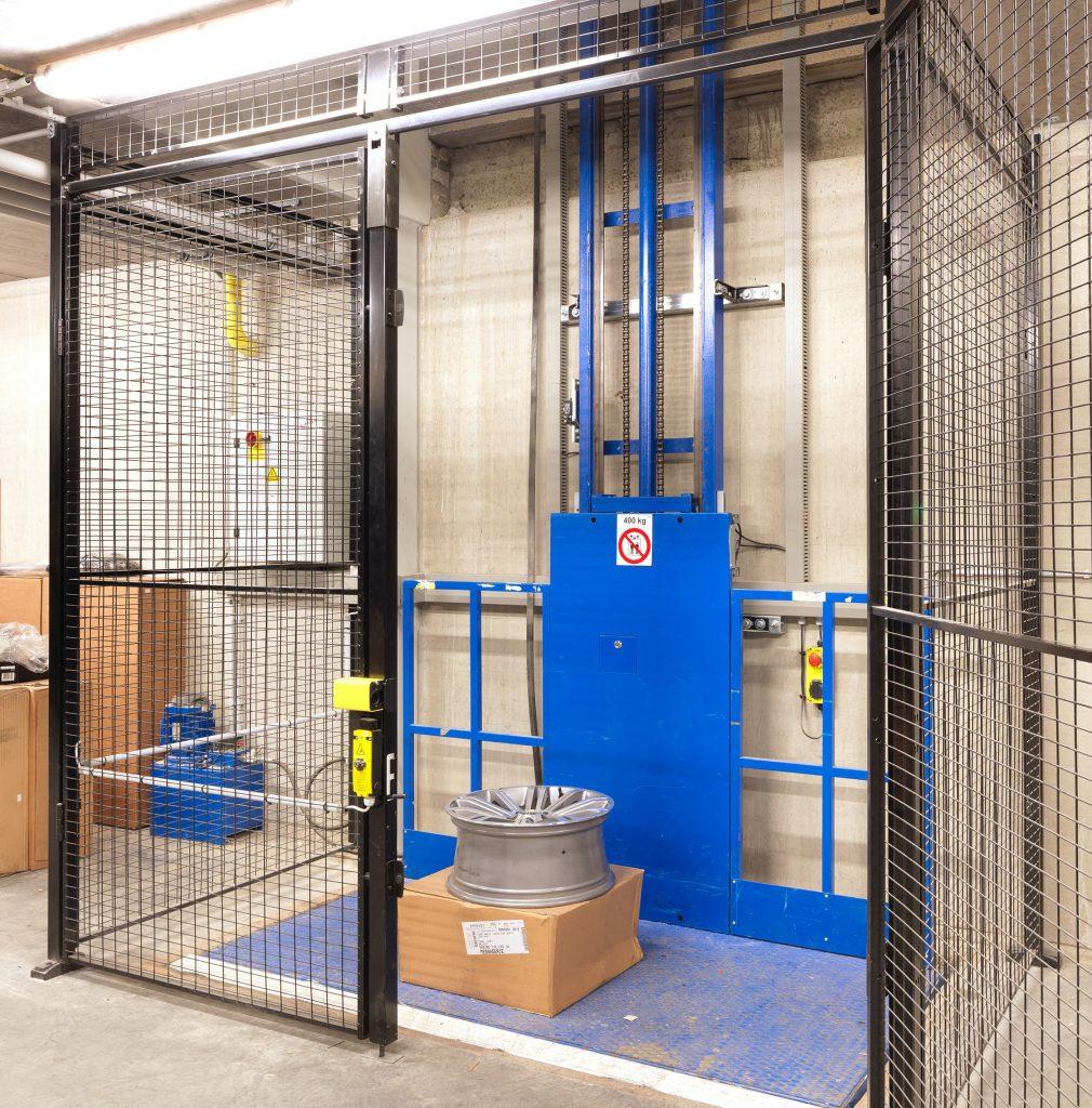 <p>Hydraulische goederenlift Hidral 400 kg. <br />Hydraulische goederenlift Omer 1000 kg.</p>