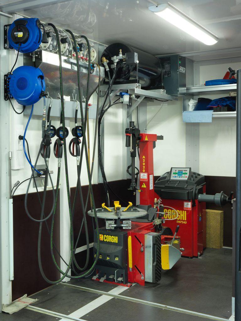 <p>Hoek met oprollers voor elektriciteit, perslucht, oliën, ... <br />Rem- en aircoservice, compressor, aparte persluchttank, Corghi bandenservice, ...</p>