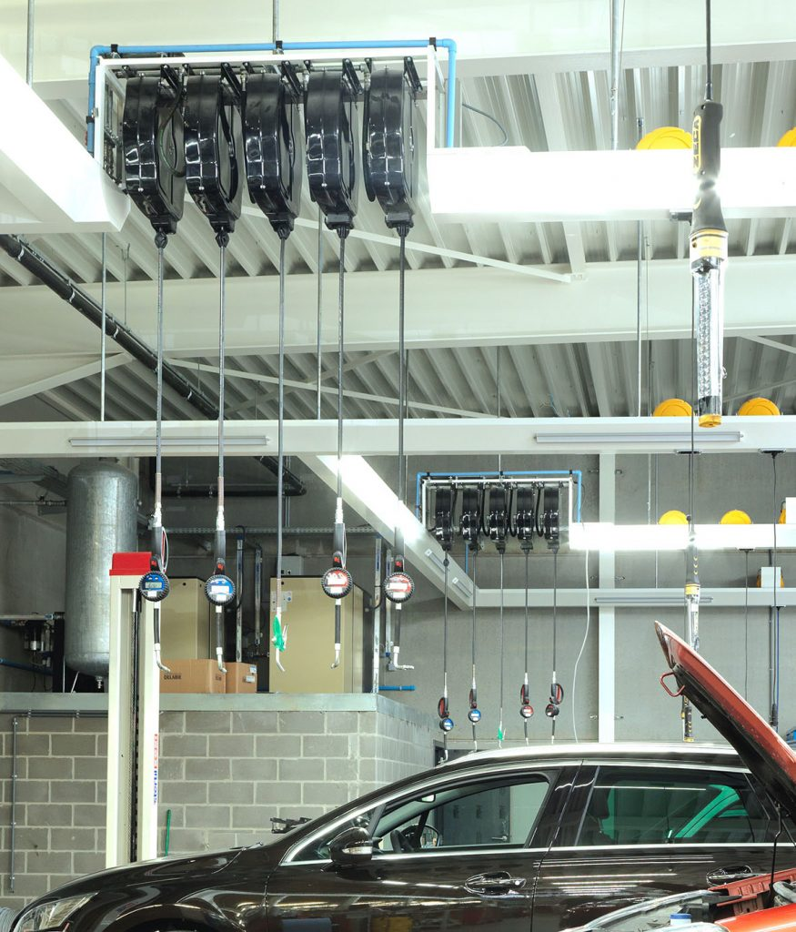 <p>Ingewerkte oprollers voor productverdeling. <br />1 ensemble bedient twee werkplaatsen. <br />Bij Peugeot naar achterwand en bij Ford naar middengang gepositioneerd.</p>