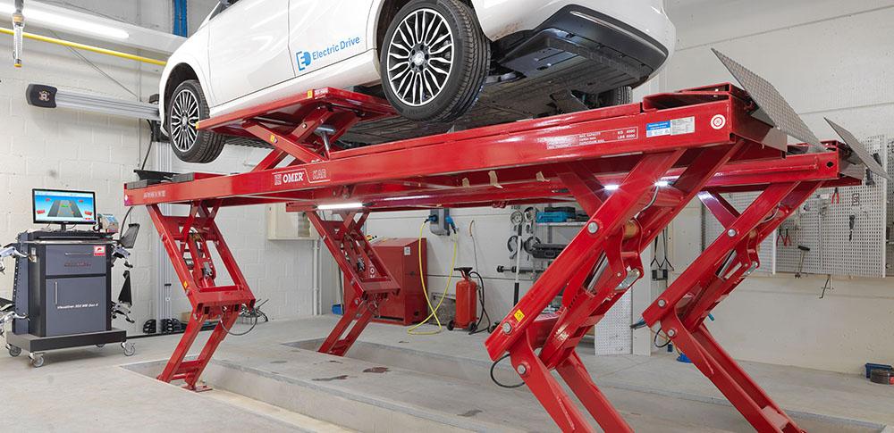 <p>Een Mercedes Electra Drive op een ingebouwde Omer KAR hefbrug met wielvrijsysteem.</p>
