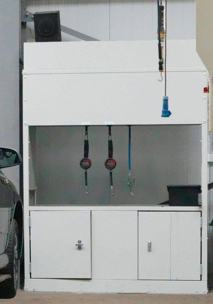 <p>Gartec - wandkast met productoprollers - lekrooster - opbergvakken met deur - ..</p>