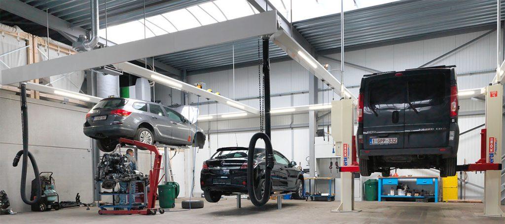 <p>Nieuwe werkplaatsen met lichtfriezen, energieverdeling, uitlaatgasafzuiging en tweelinghefbruggen van Autop. <br />De 2-palenversie van Stertil Koni heft 5,5 T.</p>