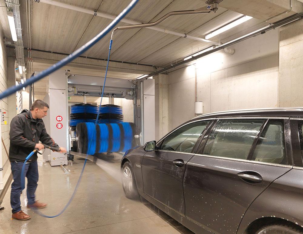 <p>Snelle voorwas door aan het dak gemonteerde draaiarm. <br />Het pompsysteem werkt met CAT hogedrukpompen.</p>