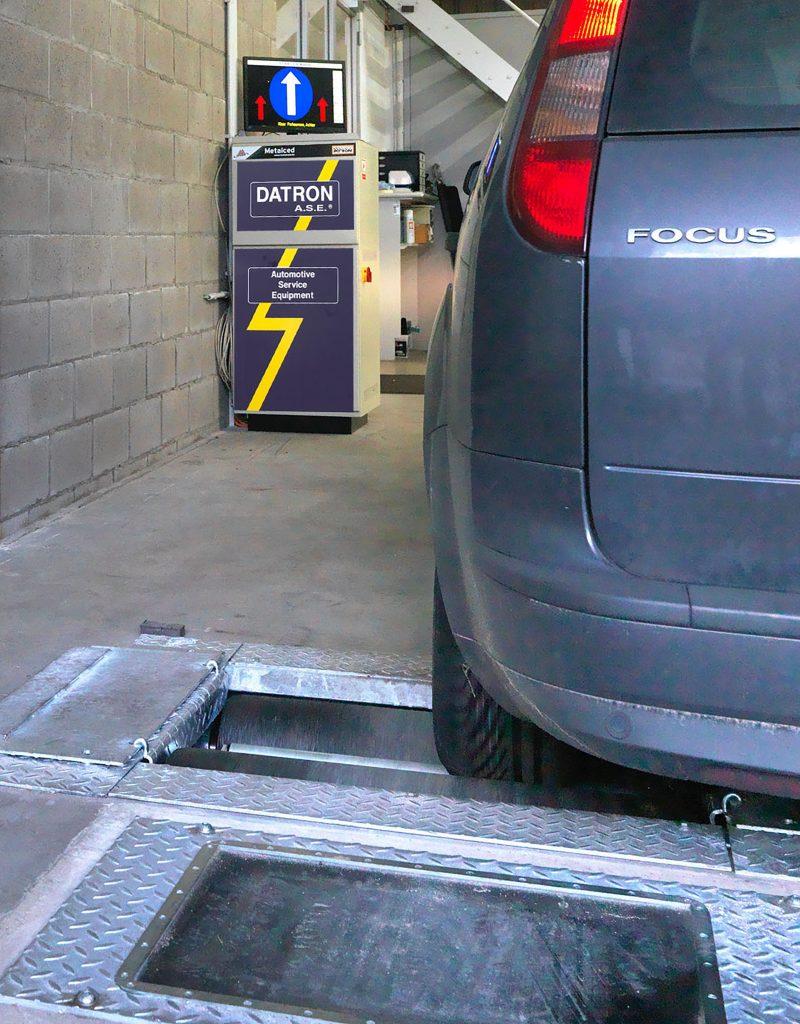 <p>Teststraat Datron ase zoals op de technische controle. <br />Voor het testen van zware voertuigen is een AHS remmentestbank ter beschikking.</p>