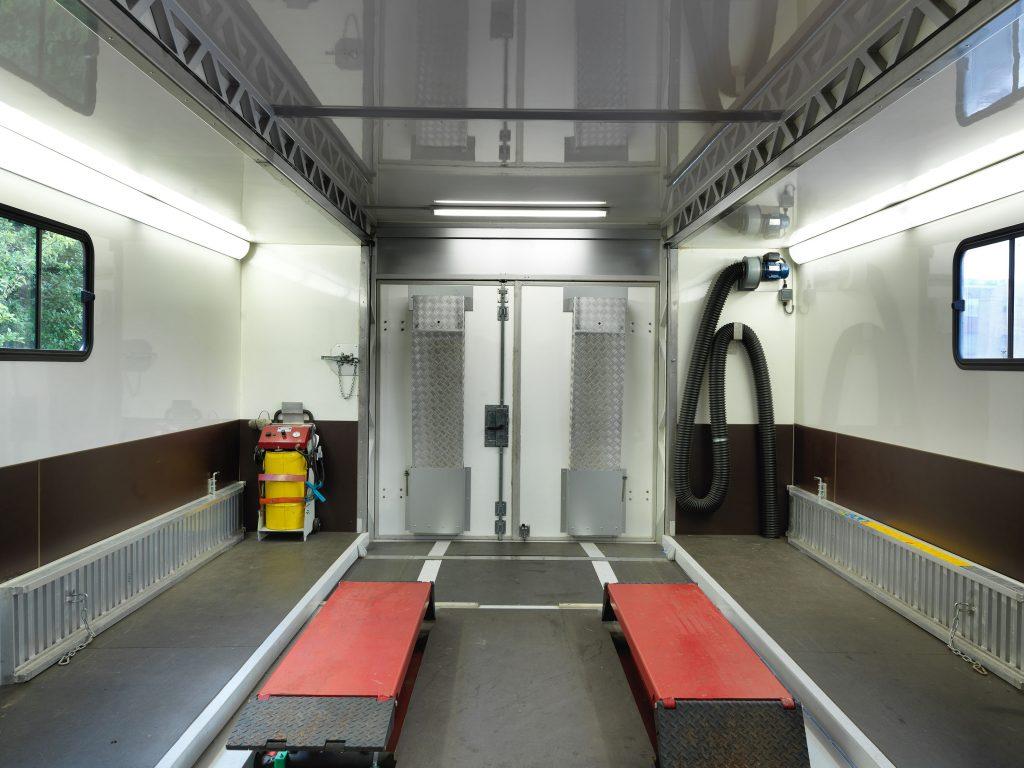 <p>Binnenzicht : uitlaatgasafzuiging, lage schaarhefbrug voor wielvrij heffen, opritplaten aan de achterdeur, serviceapparatuur, ...</p>