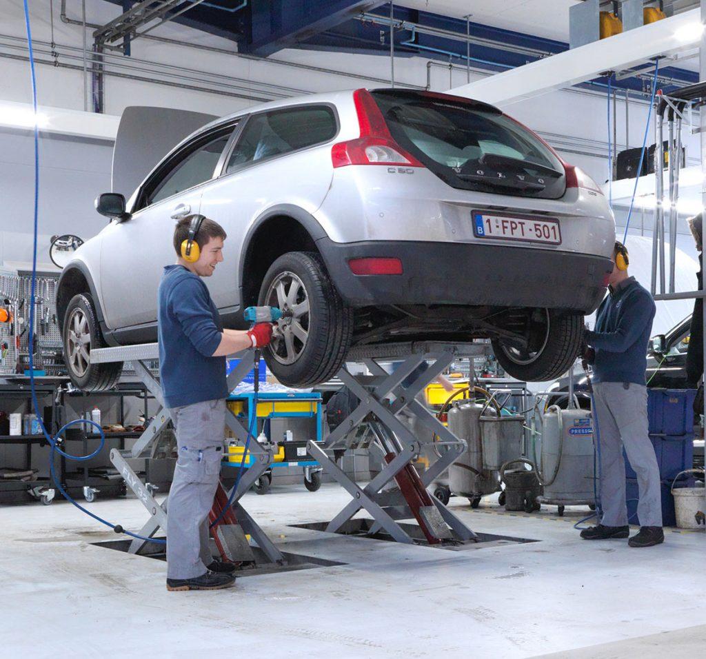 <p>VPS = Volvo Personal Service</p><p>Twee techniekers werken gelijktijdig aan de wagen waardoor de wachttijd voor een volledige servicebeurt beperkt wordt tot ca. 2 u en het voor de klant wellicht mogelijk wordt om te wachten op de wagen i.p.v. nog eens terug te moeten komen voor de afhaling.</p>