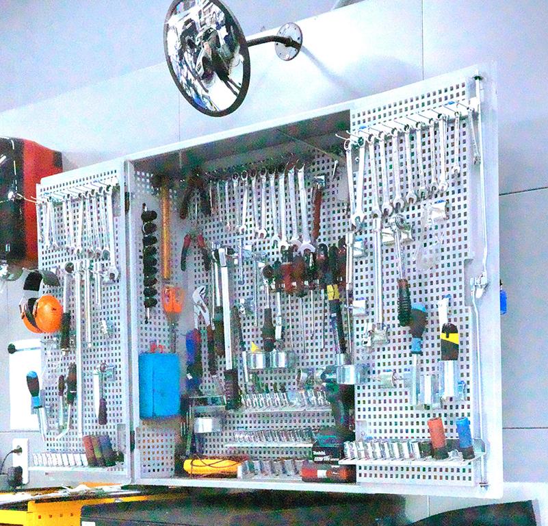 <p>VPS : gereedschappenkast</p><p>De gereedschapskast is bedoeld voor twee techniekers. Op de binnenkant van beide deuren bevinden zich dezelfde, meest gangbare gereedschappen, voor elke technieker een set. In de kast bevinden zich gereedschappen die gezamenlijk gebruikt worden. Op een apart bord in de nabijheid bevinden zich de meest gebruikte speciale Volvo gereedschappen. Dit voorkomt wachttijden voor opzoeken en afhalen van gereedschappen.</p>