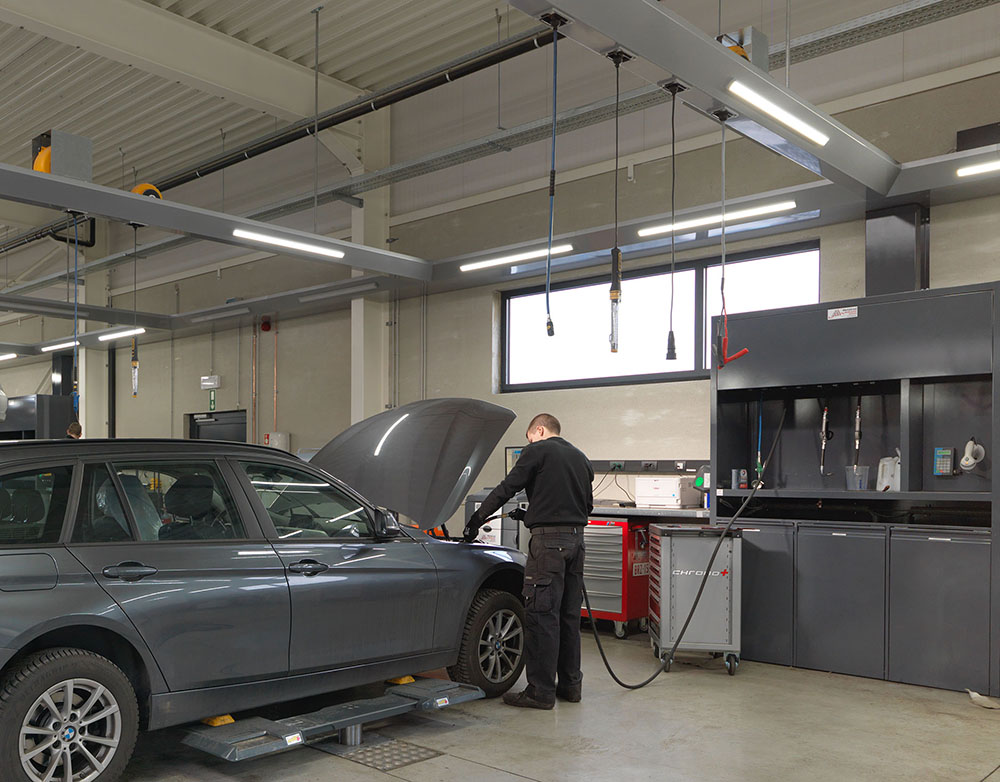 <p>Workshop Design<br />Productendistributie in oprollerkast, centraal tussen 2 werkplaatsen en energiebevoorrading via oprollers in de lichtfriezen.</p>