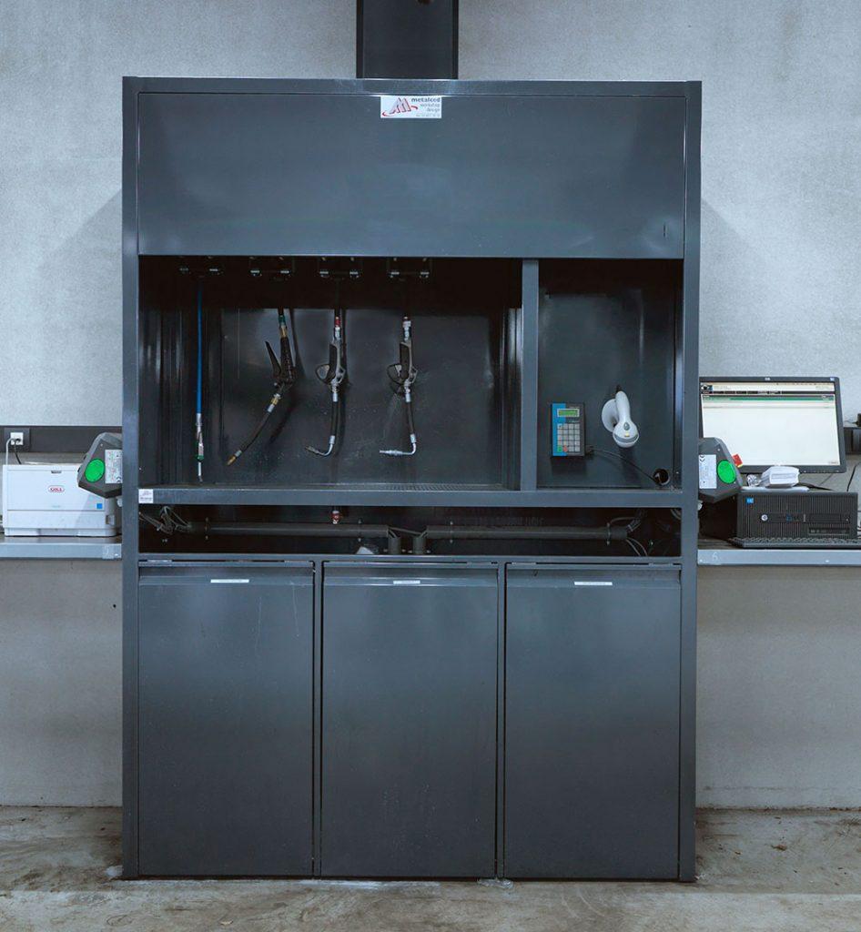 <p>Work Shop Design<br />Distributiekast met 4 oprollers, lekrooster en onderaan gesloten kasten voor vuilcontainers. <br />Rechts het Oirlink computer registratiesysteem van gebruikte producten per servicebeurt.</p>