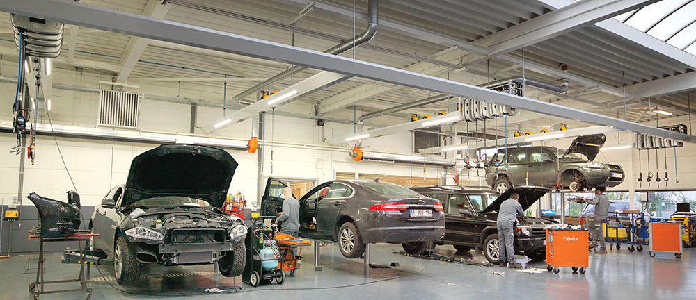 """<p>Deze werkplaats werd integraal herdacht en vernieuwd volgens de principes van """"alles bij de hand"""". <br />Hefbruggen Autop met H opnamechassis en met zwenkarmen voor het Land Rover gamma.</p>"""