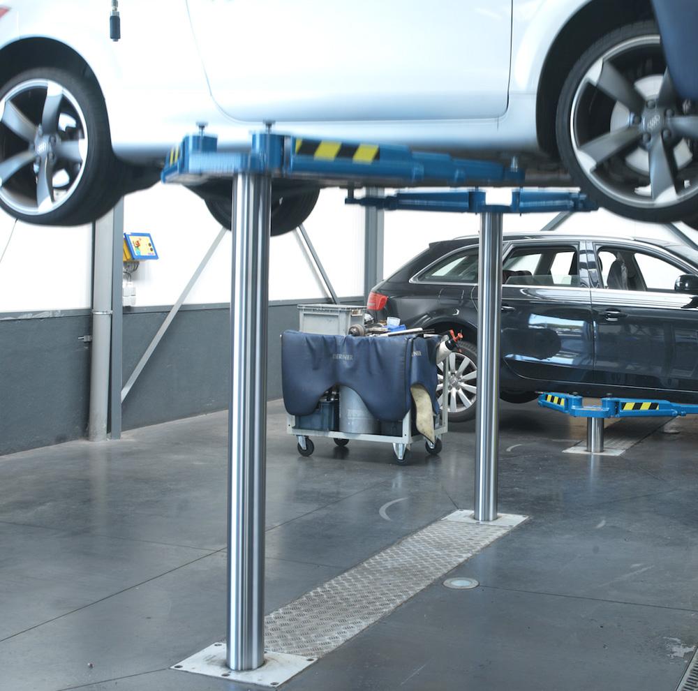 <p>Autop tweelinghefbrug met hefzuigers op 2,3 m en opnamechassis met slanke en lage zwenkarmen. <br />Ideaal bij sportieve voertuigen</p>