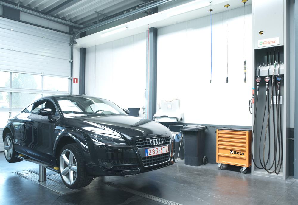 <p>Receptie aan het voertuig alsook bijvulling van olie, water, koel- en ruitenvloeistof, .... <br />Het H- opnamechassis van de Autop tweelinghefbrug verzinkt in de vloer. <br />Wanneer de hefbrug in gebruik is vult een hydraulisch gestuurde constructie de vloeruitsparingen op.</p>
