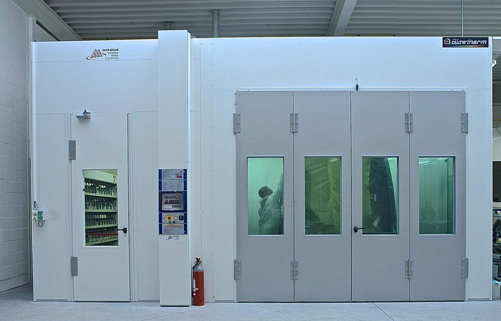 <p>Blowtherm Spuitcabine 7 x 3 x 4 m (lxhxb) - 32.000 m3 luchtdebiet - energiebesparende frequentiesturing - open kanaalgasbrander.<br />Verflabo 3 x 2,5 m met elektrisch explosievrij verwarmingselement.</p>