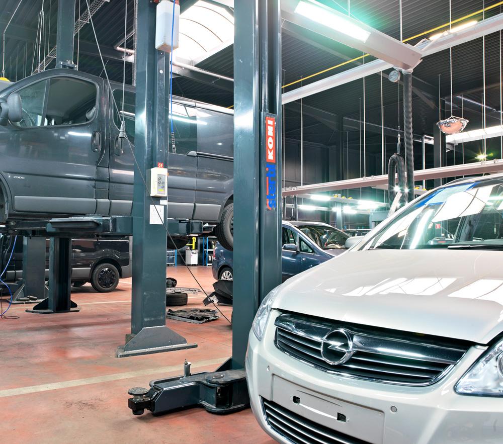 <p>3 Stertil Koni 2-palenhefbruggen voor bestelwagens. <br />2 KS 2050 (5 T) en 1 SK 2070A (7 T)</p>
