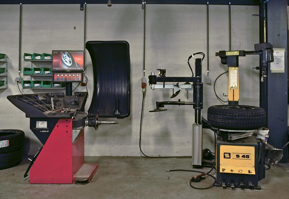 <p>John Bean wielbalancer en Sice demonteertoestel met pneumatisch gestuurde zijdelings roterende arm</p>