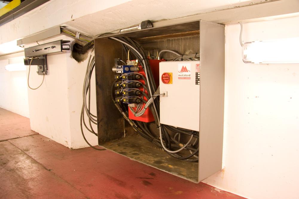 <p>Op de werkput met de remmentestbank bevindt zich eveneens een Fuchs spelings- detector (rechts de aandrijfgroep).</p>