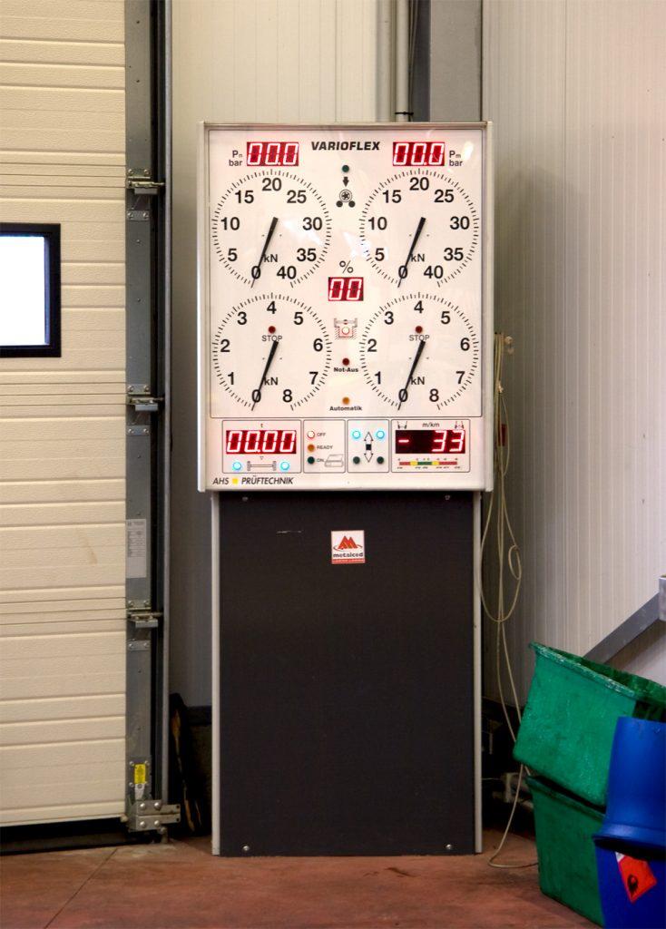 <p>AHS remmentestbank tot 16 ton aslast en 40 kN meetbereik. <br />Voorzien van wijzerklokken die op grote afstand afleesbaar blijven. <br />Via het Picaro computersysteem kunnen de meetgegevens afgedrukt worden, dit naar analogie met de RD-methode van toepassing in de stations voor technische controle.</p>