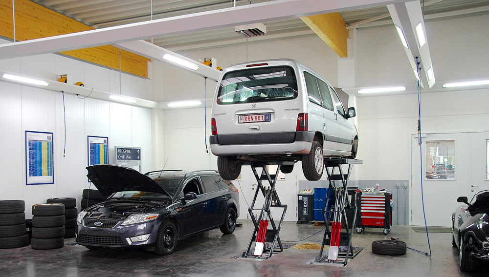 <p>Receptie aan het voertuig op in de vloer verzonken Omer Fly schaarhefbruggen.<br />Resulteert in hefbruggen zonder bovengrondse obstakels wat belangrijk is als klanten zelf dienen op te rijden.</p>