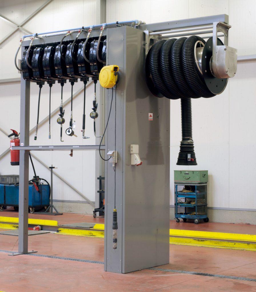 <p>Op maat gemaakte portiek voor de verdeling van producten en energie. <br />Alle verbindingsleidingen, ook deze voor de uitlaatgasafzuiging bevinden zich ondergronds.</p>