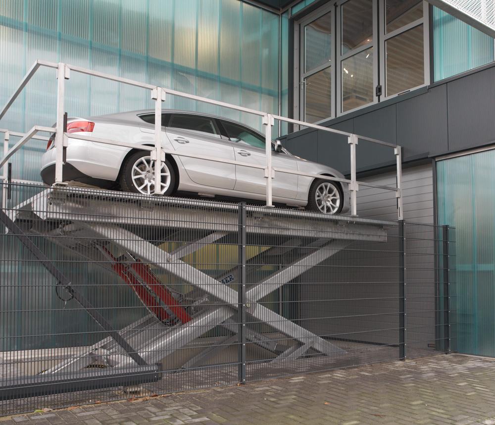 <p><strong>Deckx Team Turnhout</strong></p><p>Omer Rex 30: buitenopstelling + gegalvaniseerd + wegneembare balustrade.<br />De lift is zichtbaar vanop straat en heeft met een voertuig op 4 m hoogte een unieke aandacht- en attractiefunctie.</p>