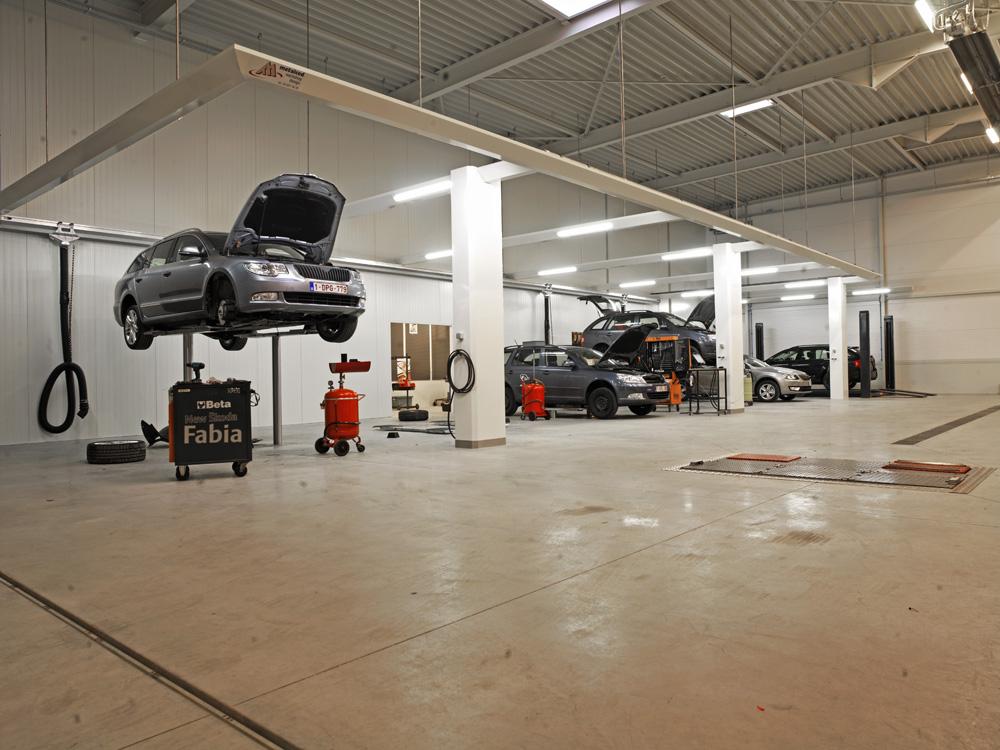 <p>Ingebouwde Autop tweelinghefbruggen vormen nauwelijks een obstakel, ook bij achterwaarts oprijden.<br />Achterwaartse voertuigpositie - voordelen voor personeel en leiding! Ruimere arbeidsplaatsen - extra werkcomfort en efficiëntie - ondervangt wanorde - geeft overzicht en ondersteunt werkplanning - .....</p>