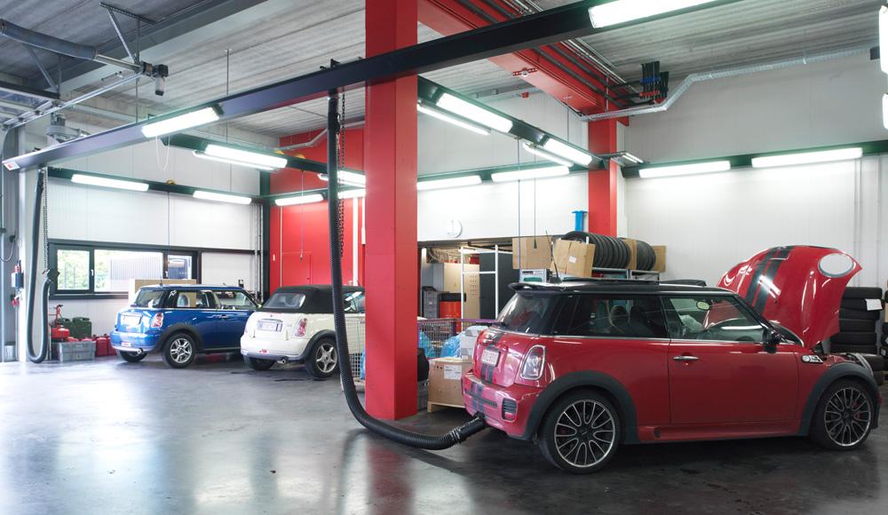 <p>Grondwerkplaatsen met friesverlichting en S-tec rail uitlaatgasafzuiging. <br />Via de friezen wordt eveneens de middenbeuk van de garage verlicht. <br />Maatwerk via de constructieafdeling Workshop Design</p>
