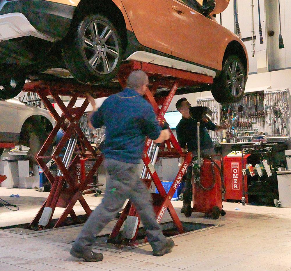<p>VPS - Volvo Personal Service<br />Voor een snelle servicebeurt waarop gewacht kan worden. <br />Twee techniekers werken gelijktijdig aan dezelfde wagen.</p>
