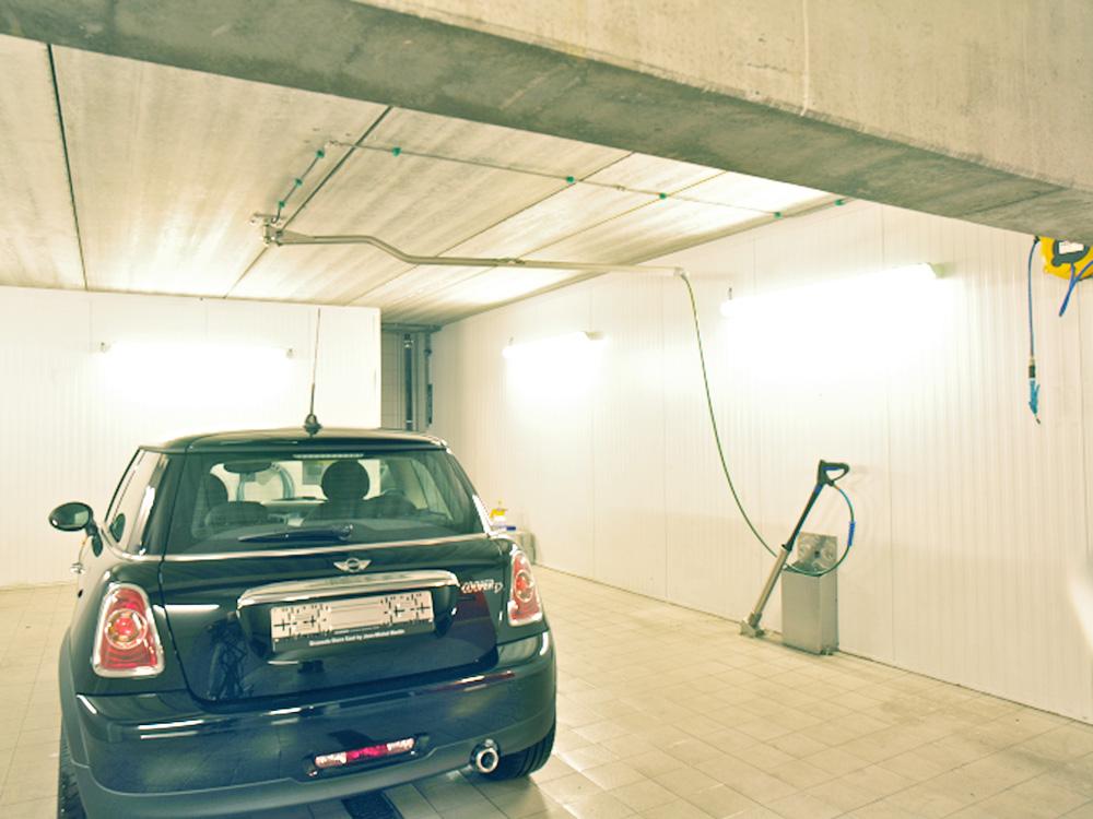 <p>Waszone met zwenkarm aan het plafond. <br />De hogedrukreiniger bevindt zich buiten de waszone.</p>