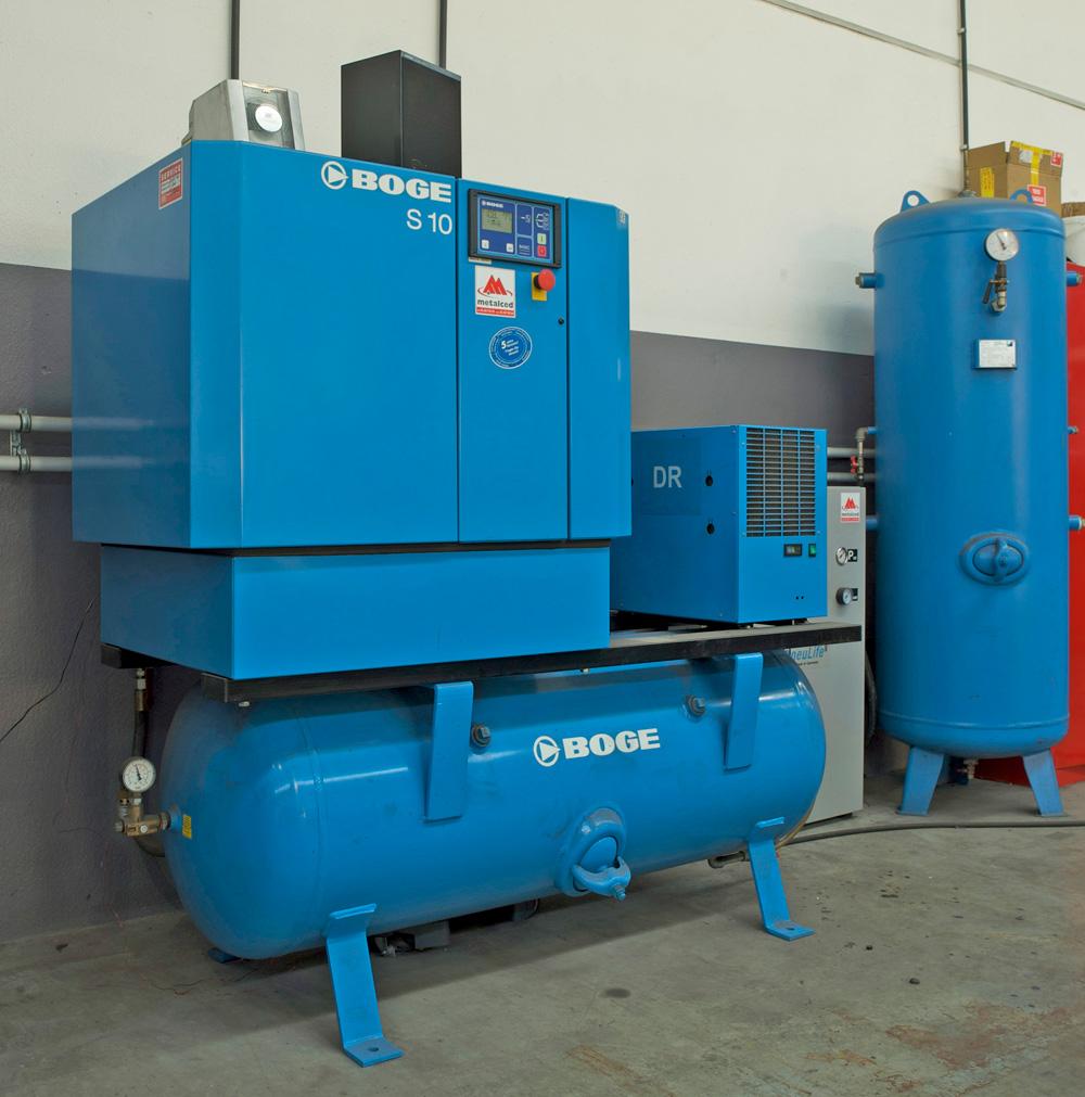 <p>Boge schroefcompressor op tank en persluchtdroger. <br />Er naast een Pneulife stikstofgenerator gekoppeld aan een 500 l verticale tank. <br />Voor de bandenblazers werd een apart leidingcircuit aangelegd.</p>