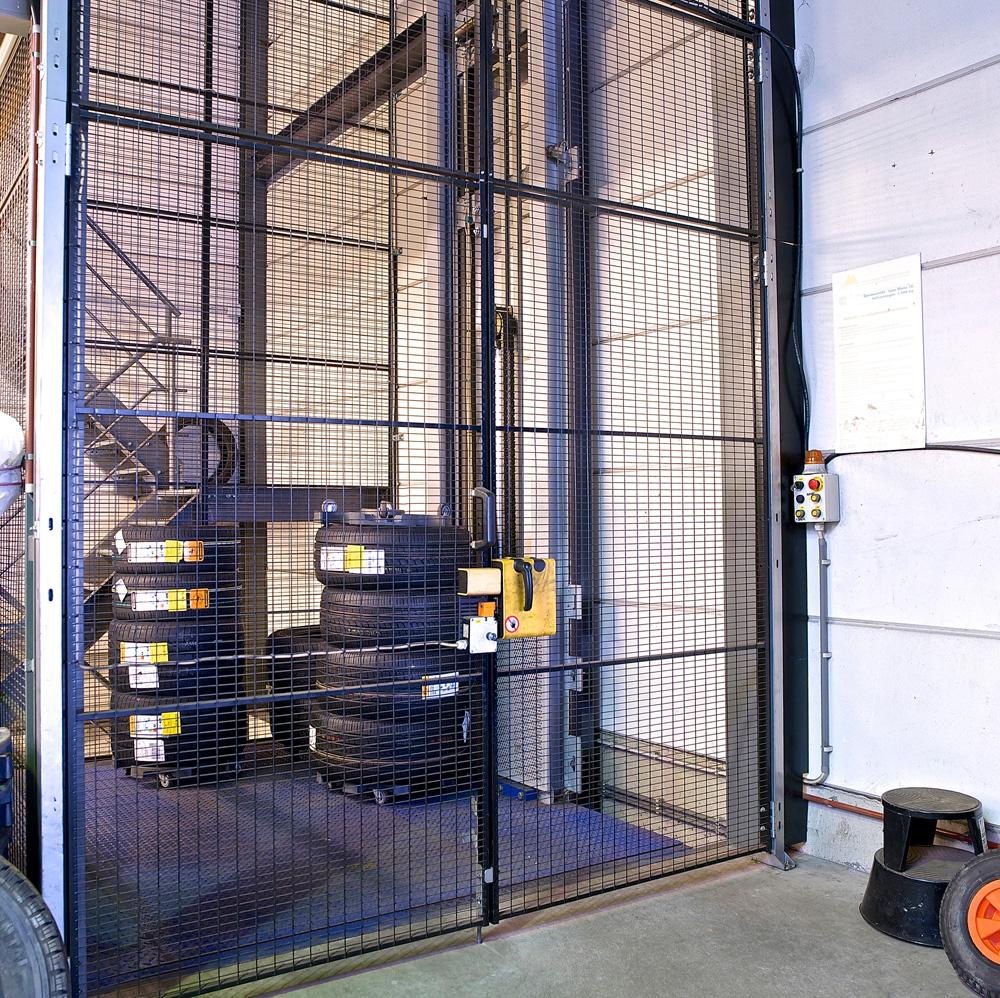 <p>Elektrohydraulische goederenlift van Omer met beschermingskooi - conform met de wetgeving.</p>