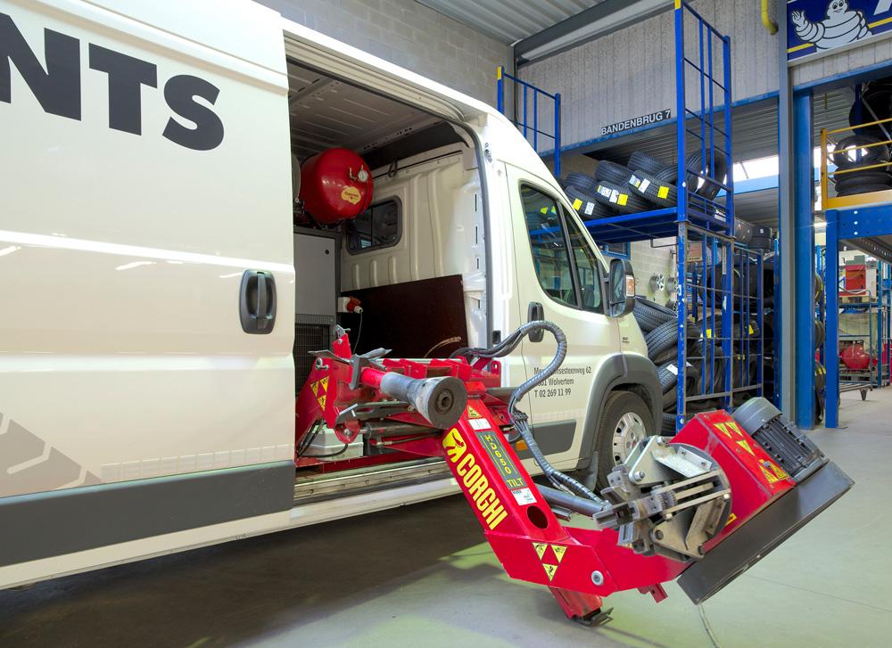 <p>Bandendemonteerder Corghi TILT 24'' en Guernet energieproductie voor service op de weg.</p>