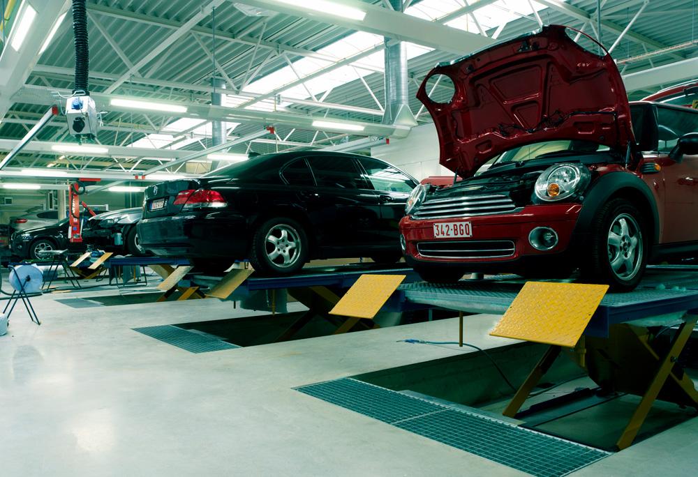 <p>Herkules carrosseriehefbruggen met meebewegende rooster- en filtervloer die zelfs onder vloerniveau kan afdalen om werken aan dak en hoger gelegen autodelen te vergemakkelijken.</p>