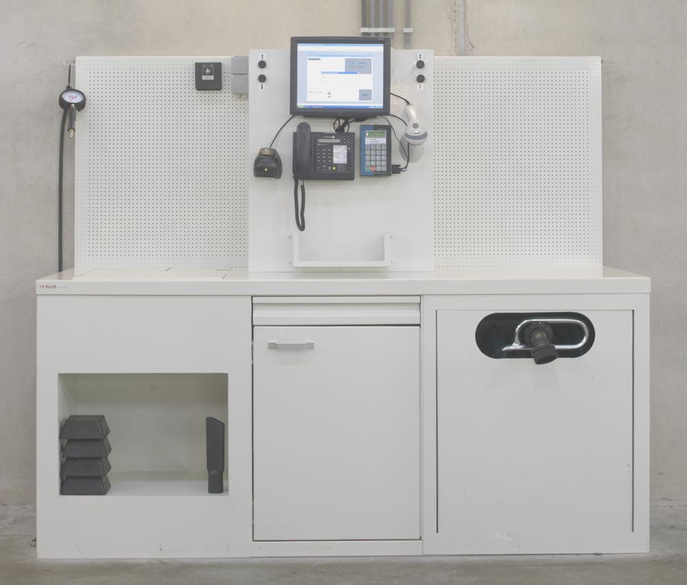 <p>Deze werktafels zijn uniek en naar wens van de klant samengesteld en gemaakt. <br />In het rechterdeel zit een oproller met stofzuigerslang, het midden- en linkerdeel zijn opbergvakken. <br />Het centrale bovendeel bevat ondermeer een scherm voor informatieoverdracht, bediening van olieafname, een telefoon, een documentenhouder, .... <br />Terwijl op de geperforeerde panelen allerhande kan bevestigd worden.</p>
