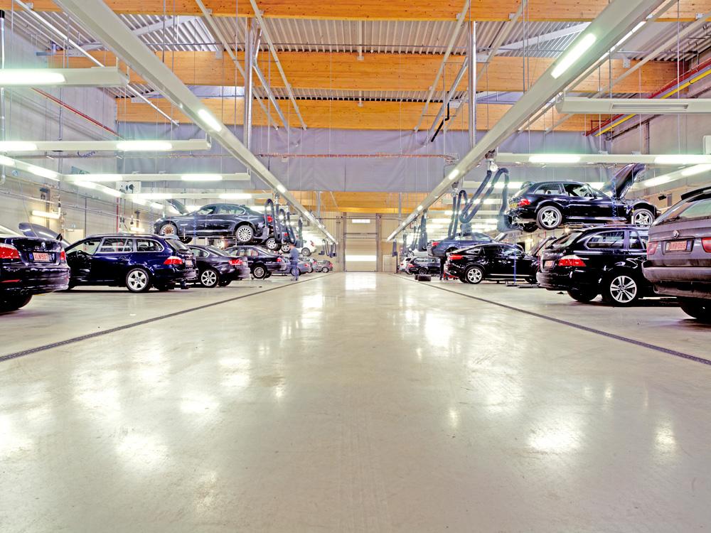 <p>Algemeen zicht op de nieuwe garagewerkplaats in volle activiteit. <br />Tweeëntwintig tweelinghefbruggen samen met een uniforme verlichting maken er de dienst uit.</p>