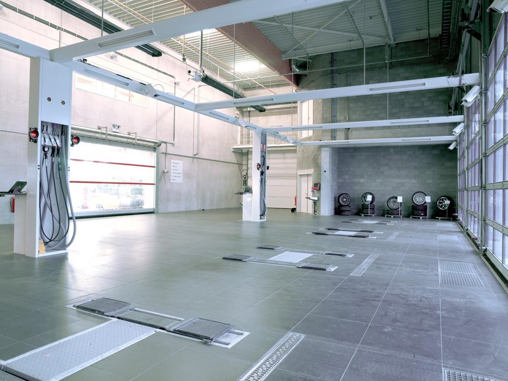 <p>Directe receptie met vier plaatsen elk voorzien van een Autop tweelinghefbrug waarvan de opnamesctructuur in de vloer verzinkt. <br />In de steunpalen van de friesconstructies bevinden zich de bedieningen van de hefbruggen en productenverdeling.</p>